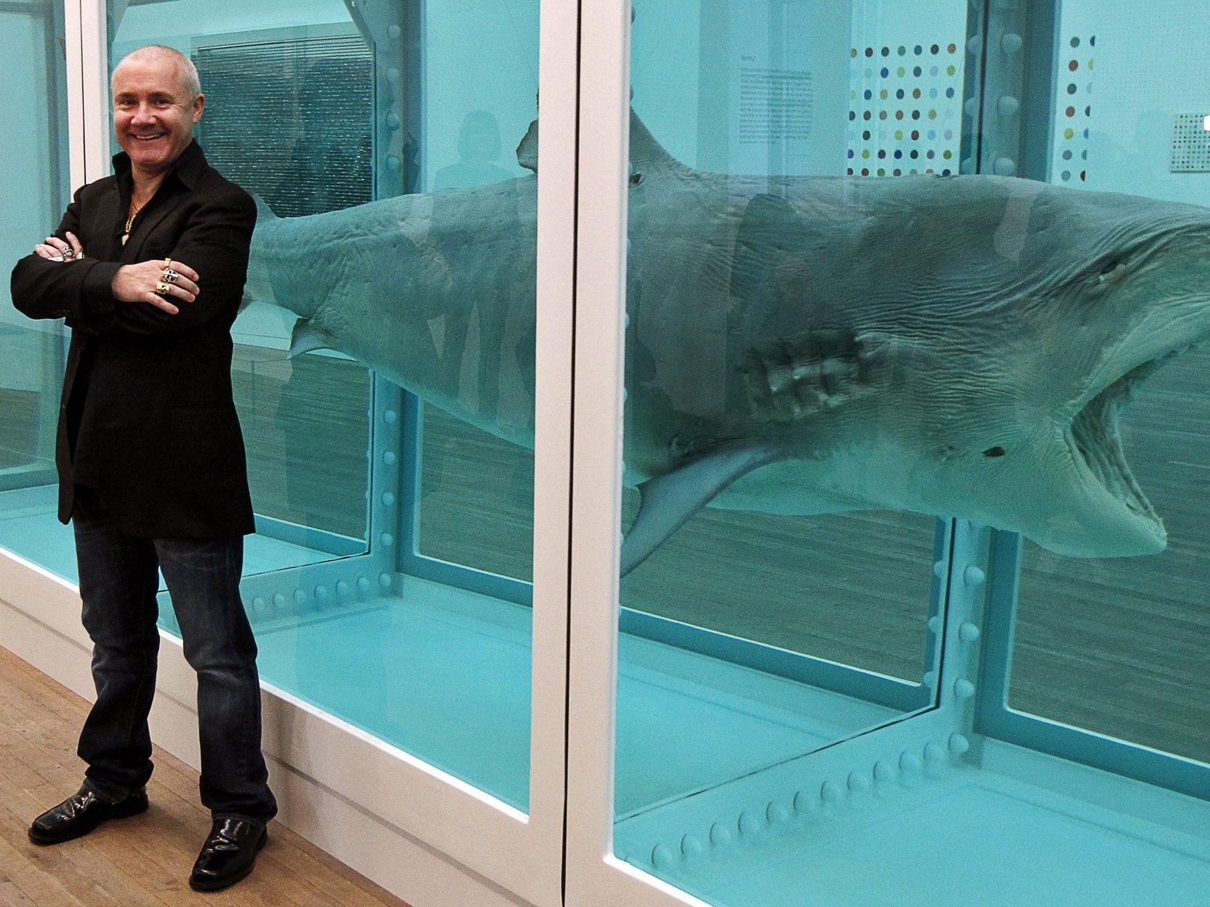 Damien Hirst vor seinem in Formaldehyd eingelegten Hai aus dem Jahr 1991.