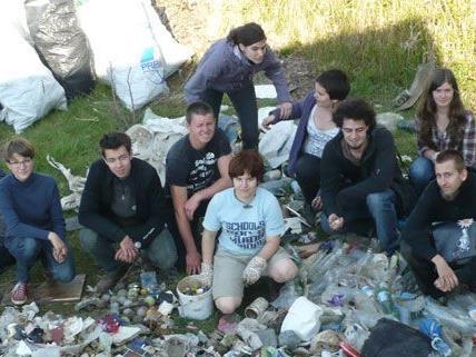 Jugendliche der WWF-Jugendgruppe sammelten am Samstag Müll am Donauufer.