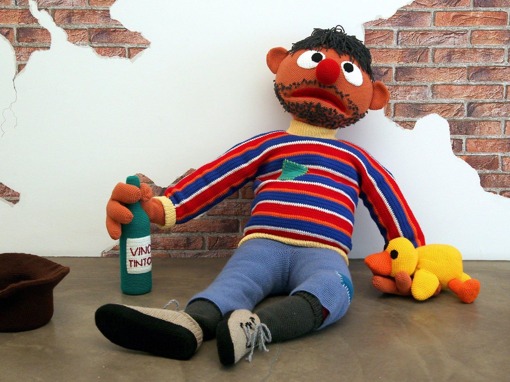 """Ein Teil der """"Broken Heroes"""": Ernie als Penner."""