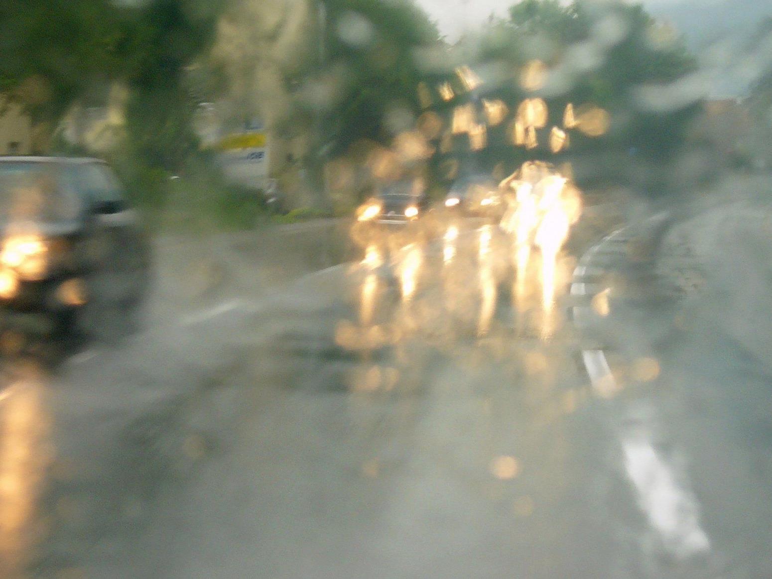 Bei nasser Fahrbahn ins Schleudern geraten.