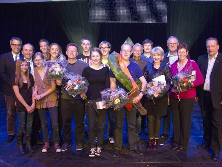 Für zehn der insgesamt 600 Kandidaten lohnte sich das Hirntraining. Stargast Harald Krassnitzer half tatkräftig bei der Überreichung der Preise mit.