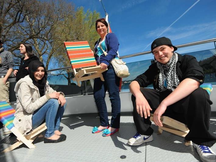 Sara, Anja-Sabine und Edin auf den selbst gefertigten Strandstühlen. Gestern stand eine Bodenseekreuzfahrt auf dem Programm.