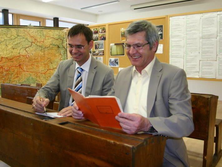 Schulausbau in Nüziders: LH Wallner und LR Stemer drückten bei Eröffnungsfeier kurz die Schulbank.