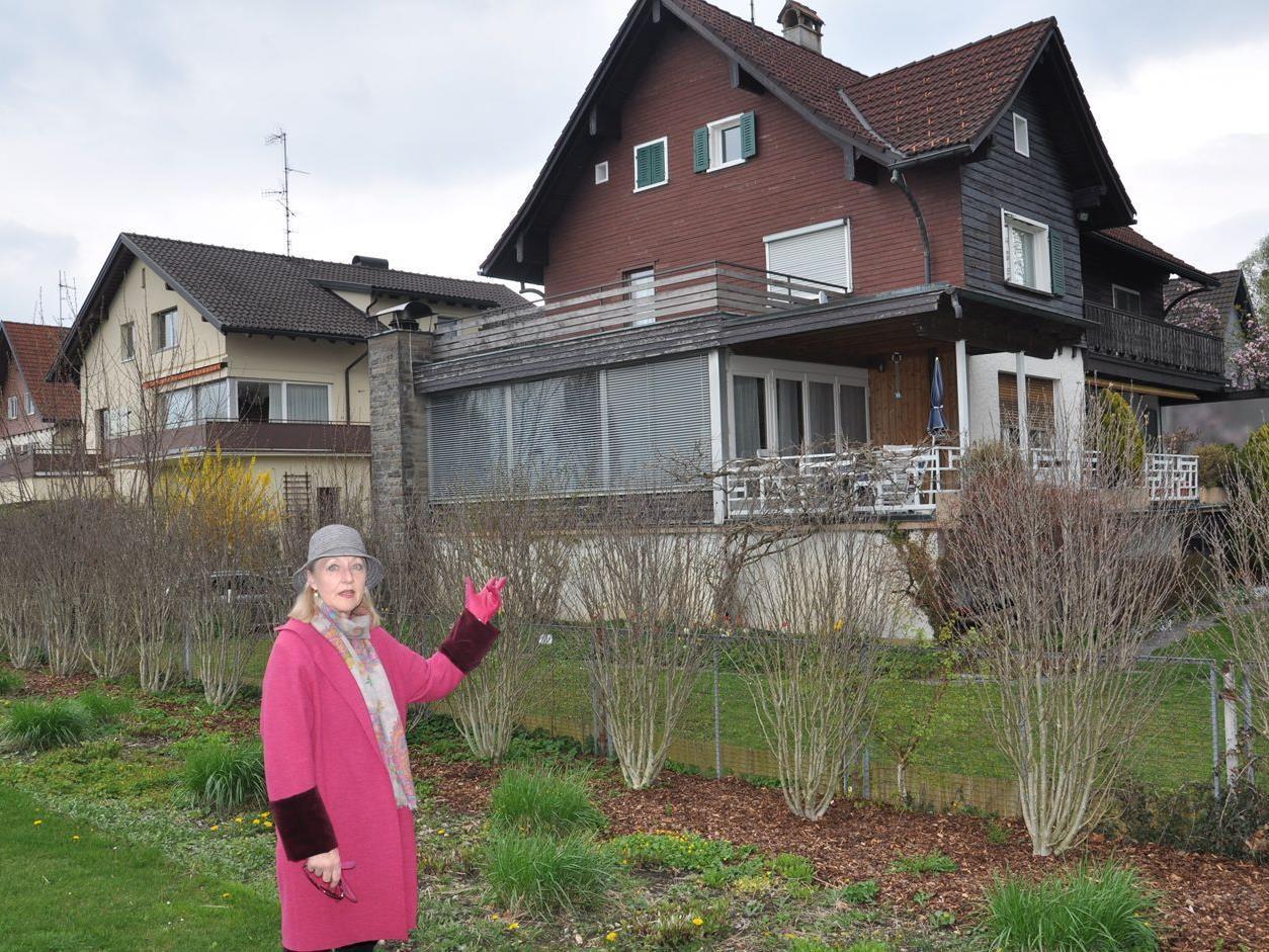 Anrainerin Gerlinde Fröhlich zeigt das alte Gebäude und Areal für die geplante Wohnanlage.