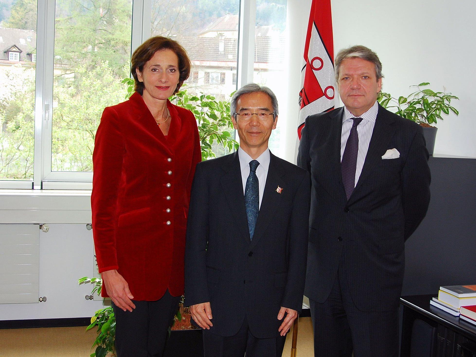 Japans Botschafter Shigeo Iwatani traf sich mit Landtagspräsidentin Bernadette Mennel zu einem Informationsgespräch (im Bild v.l.: LTP Bernadette Mennel, Botschafter Shigeo Iwatani und Honorarkonsul Leo Peter Exner).