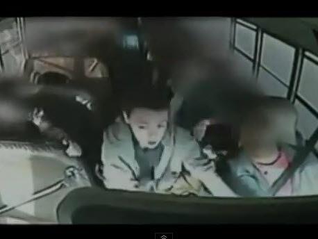 Busfahrer erleidet Herzinfarkt.