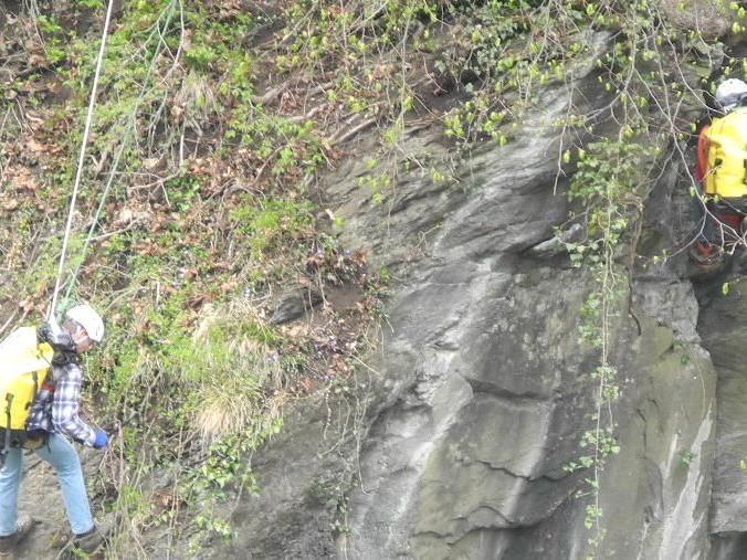 Akribisch säubern Kletterer in der Kapfschlucht die meist überhängenden Felswände über dem Weg.