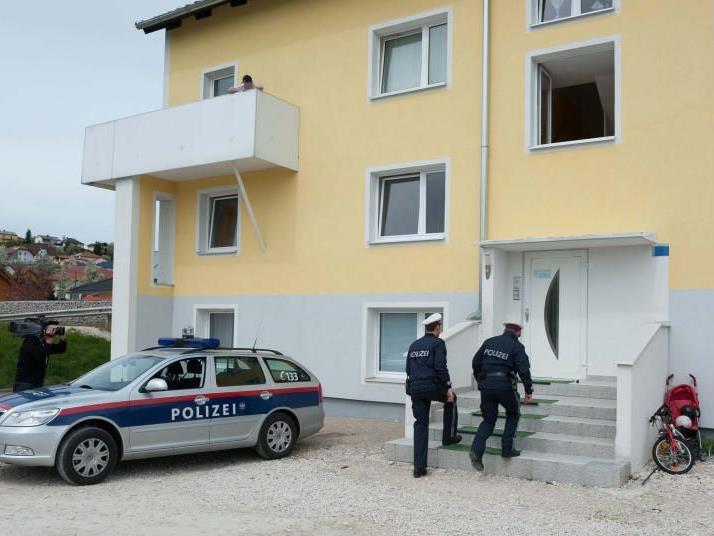 Der Mann wurde von Beamten der Polizei in Gewahrsam genommen.