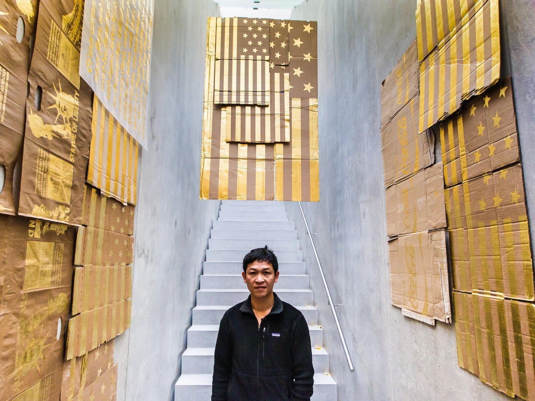 Werke mit Blattgold drehen sich um Kolonialisierung, Identität, Religion und Konsum.