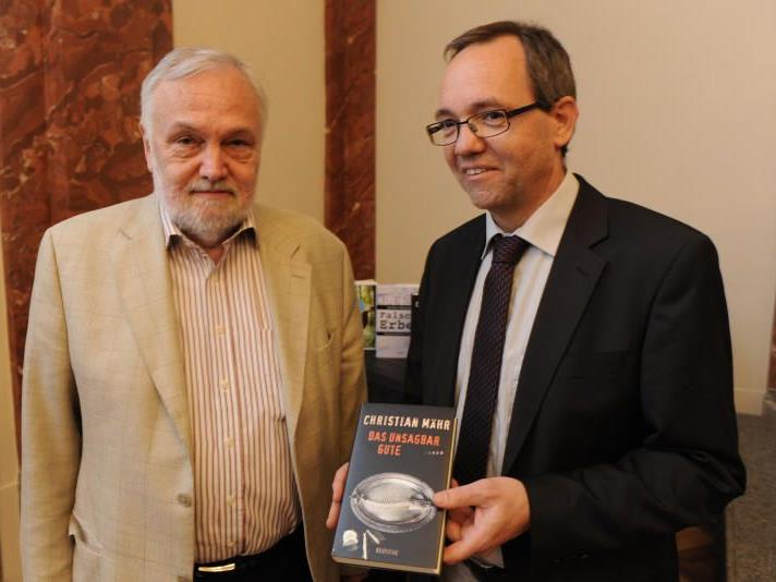 Der neue Literaturpreisträger Christian Mähr gestern Abend mit Günter Wohlgenannt, Gremialvorsteher des Buchhandels
