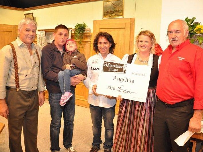 Mit Freude überreichten die Mitglieder der Fraschtner Bühne ihren Scheck an Angelina und ihren Papa