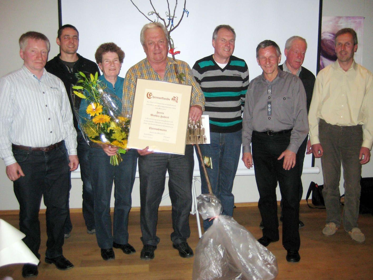 Der Vorstand des OGV–Emsreute mit Ehrenobmann Mathis Hubert und Gattin Elsa, ganz links der neue Obmann Klien Hermann.