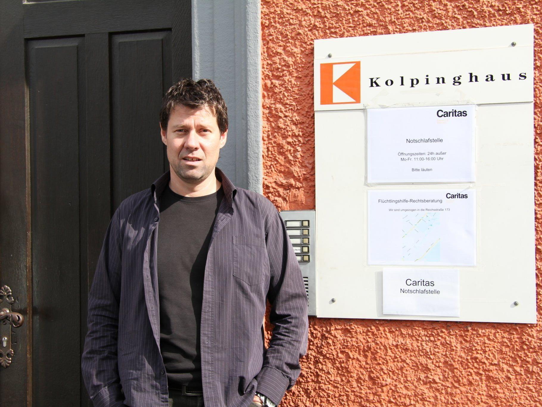 Wolfgang Meier von der Caritas vor dem Kolpinghaus.