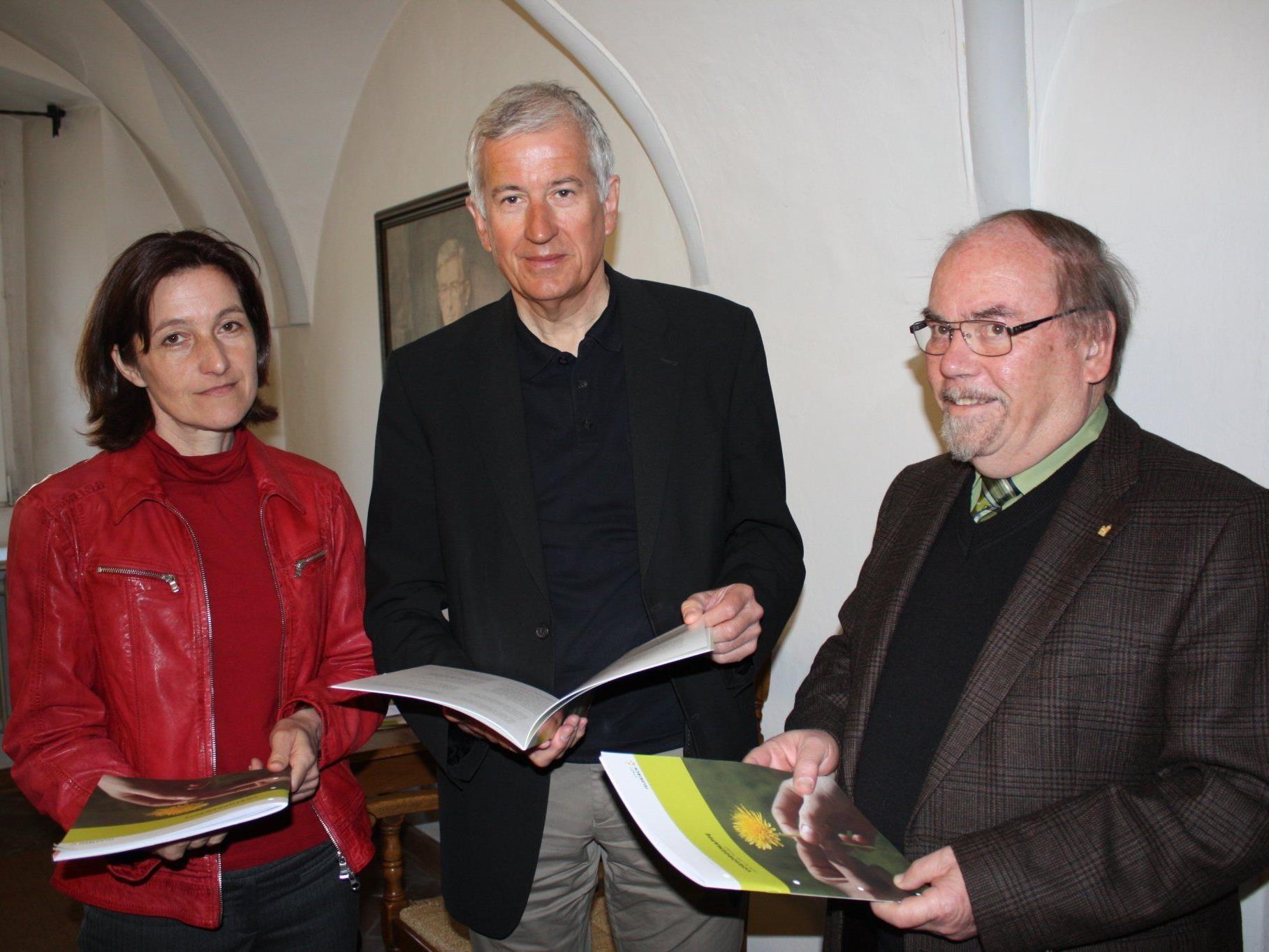Natalie Wojtech vom Bürgerservice, Bürgermeister Wilfried Berchtold und Egon Wehinger, Obmann des Seniorenbeirats, stellten die Vorsorgemappe gemeinsam vor.