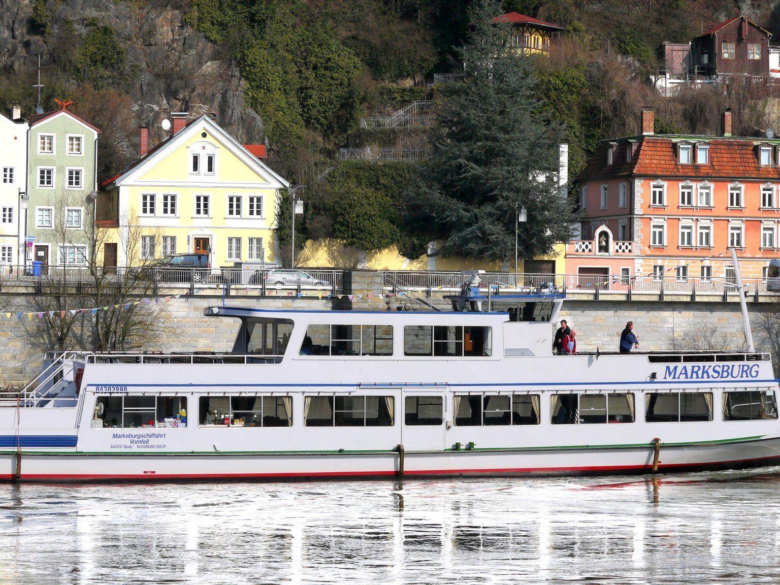 Ein 32 Meter langes, sechs Meter breites und 85 Tonnen schweres Freizeitschiff (undatiertes Archivbild) wird von Plesching nach Frymburk (Friedberg) am Moldaustausee in Tschechien gebracht.