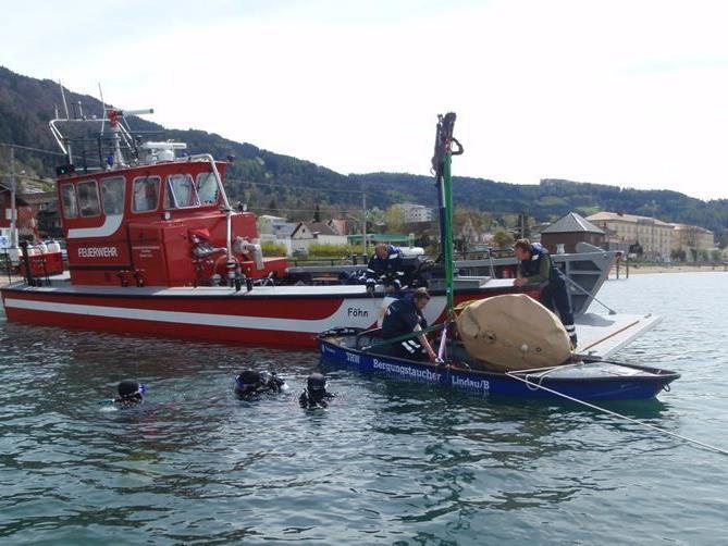 Bergung des gesunkenen Bootes mittels Hebeballons
