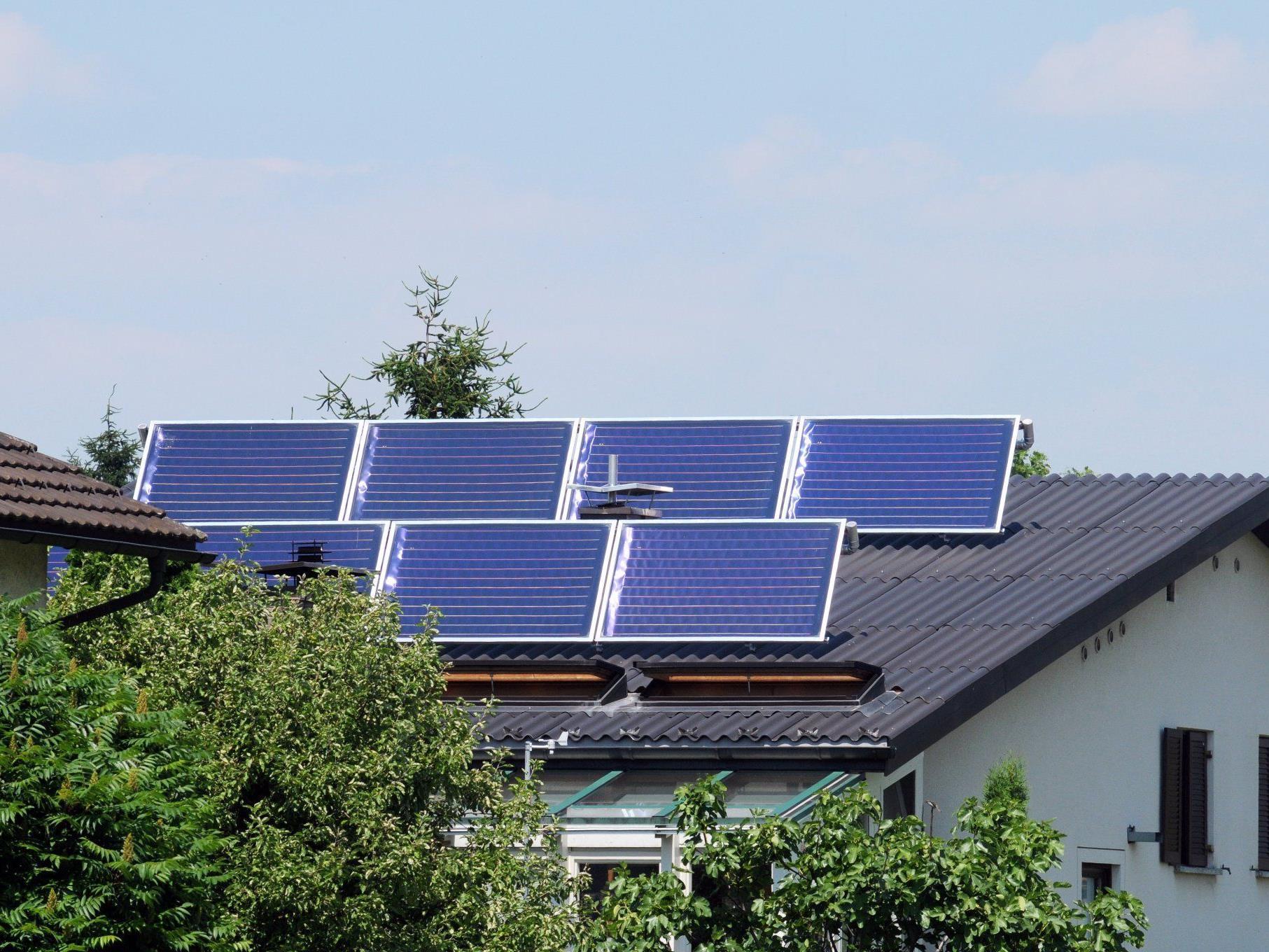 Vor der Installation einer Solaranlage ist zu prüfen, ob der Standort auch ausreichend gut von der Sonne beschienen wird. Das gilt besonders auch für die kältere Jahreszeit.