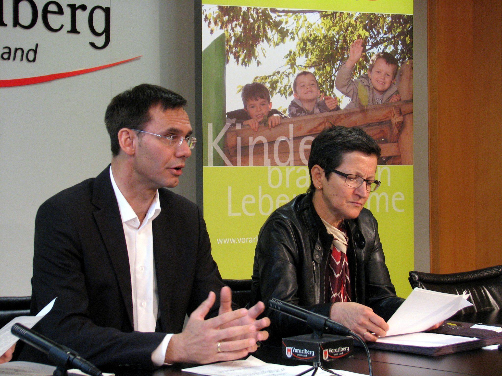 LH Wallner und LR Schmid zogen im Pressefoyer eine positive Zwischenbilanz über die Förderung von kommunalen Spielraumkonzepten.