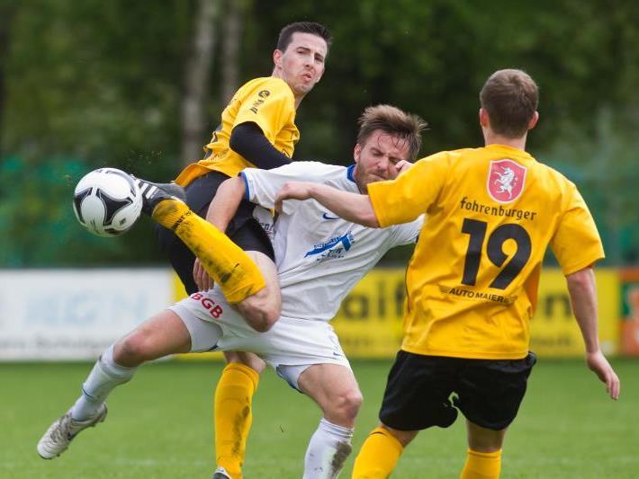 Koblach-Spieler Tobias Hämmerle im Zweikampf gegen Altach-Amateure-Kicker.