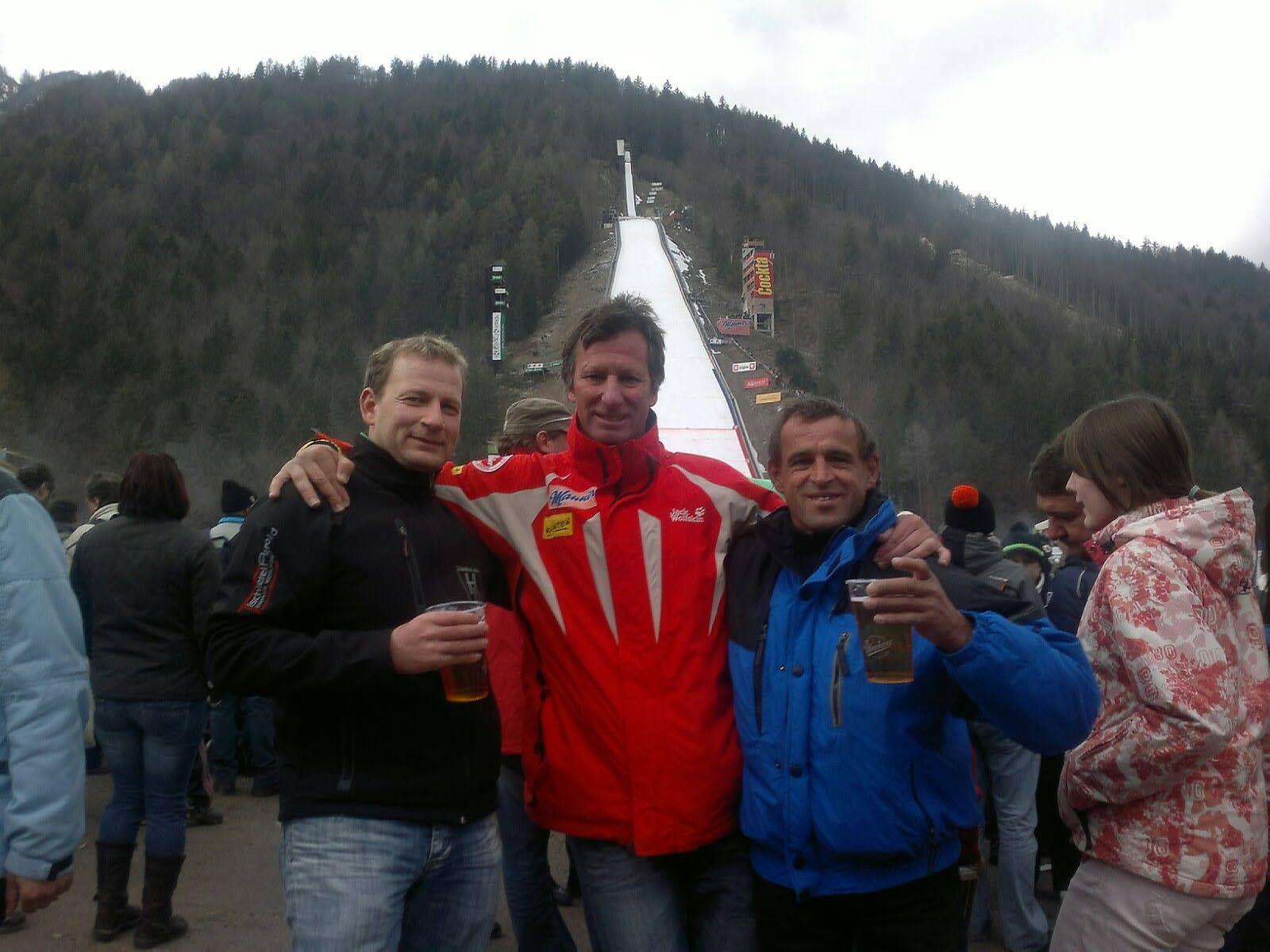 Jürgen Truppe, Fritz Koch und Willi Sinz vor der Skiflugschanze in Planica.