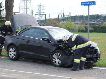 Durch den Zusammenstoß von zwei PKW im Bezirk Neunkirchen kam es zu erheblichem Sachschaden, zwei Personen wurden verletzt.