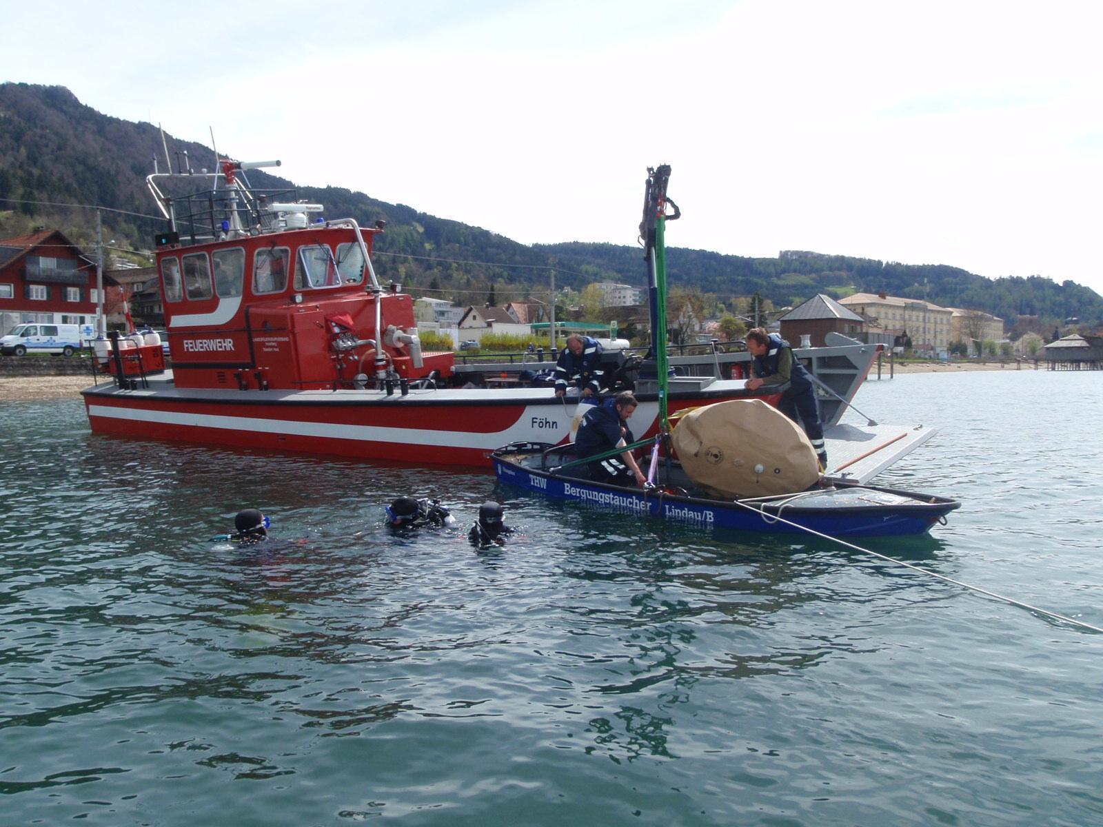 Bergung des gesunkenen Bootes mittels Hebeballons.