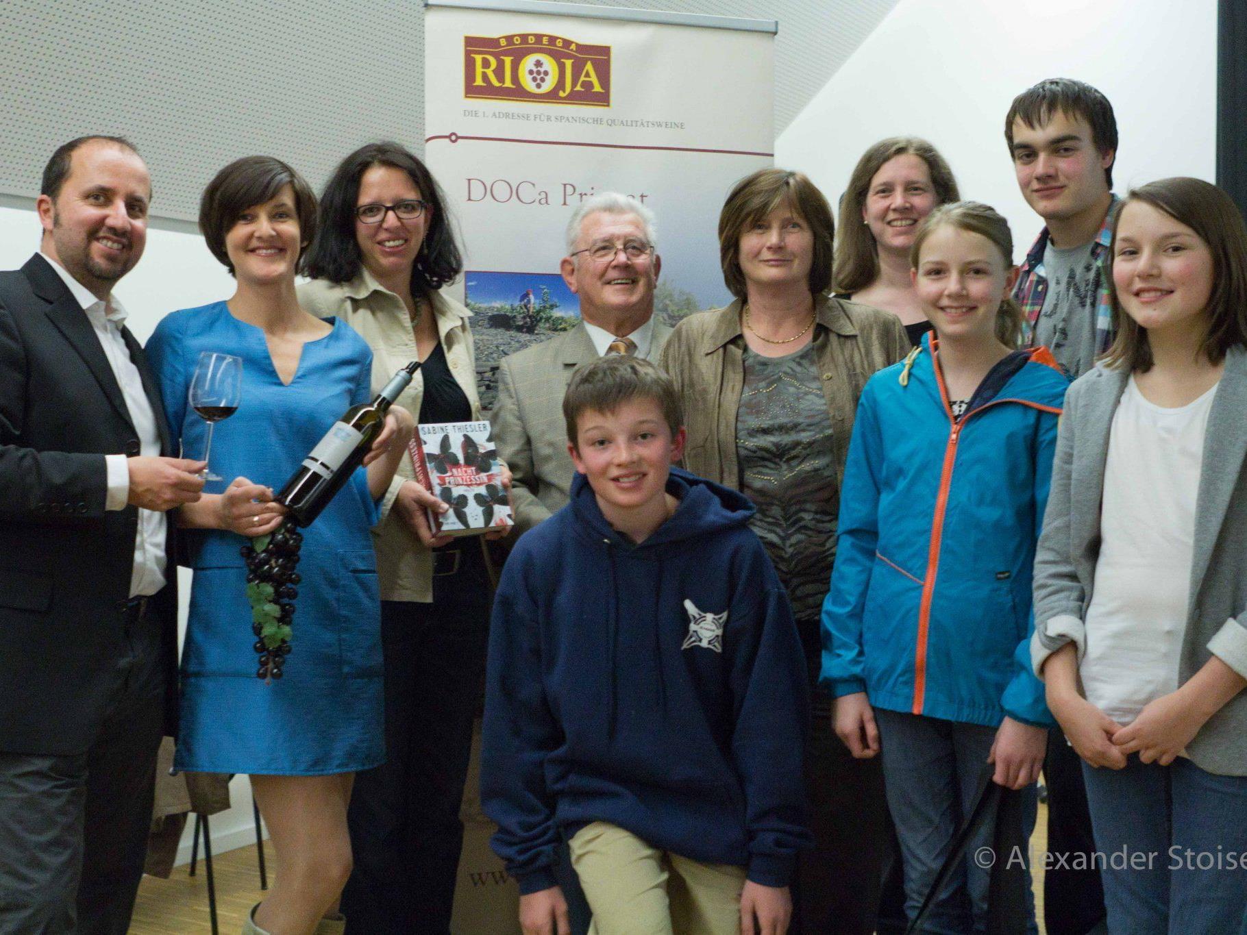 Organisatorin Michaela Bitschnau und die Mitwirkenden von Wine&Crime in der Bibliothek Nüziders.