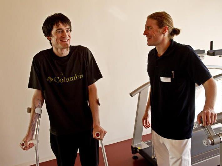 WANN & WO besuchte Stefan nach seinem Sturz in der Reha-Klinik Montafon.