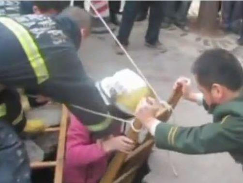 Überwachungsvideo aus China: Mädchen bricht auf Gehweg ein