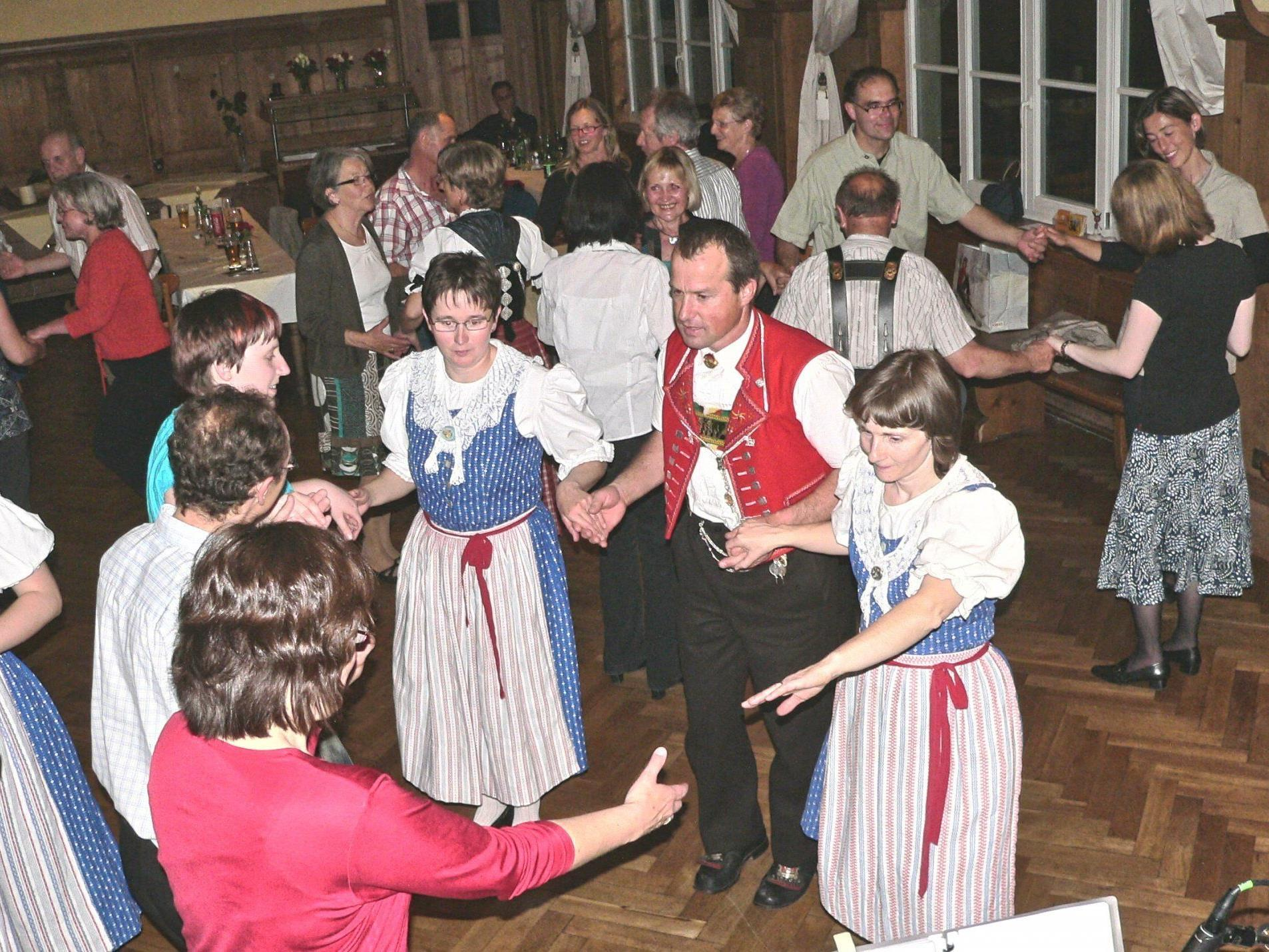Tanzen, Musik und Spaß beim Maitanz des Vorarlberger Volksliedwerk