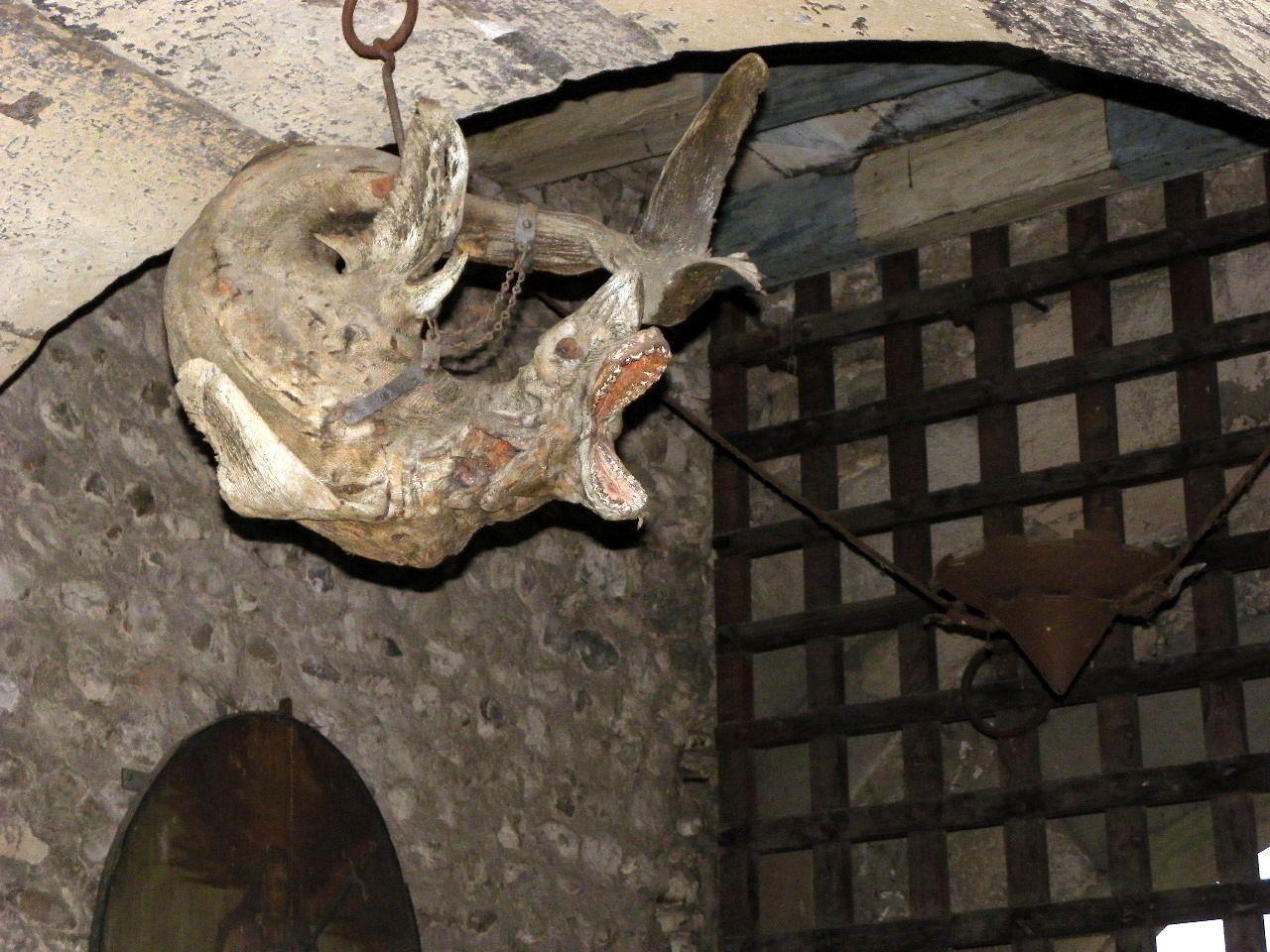 Mumifizierter Haifisch am Stadttor