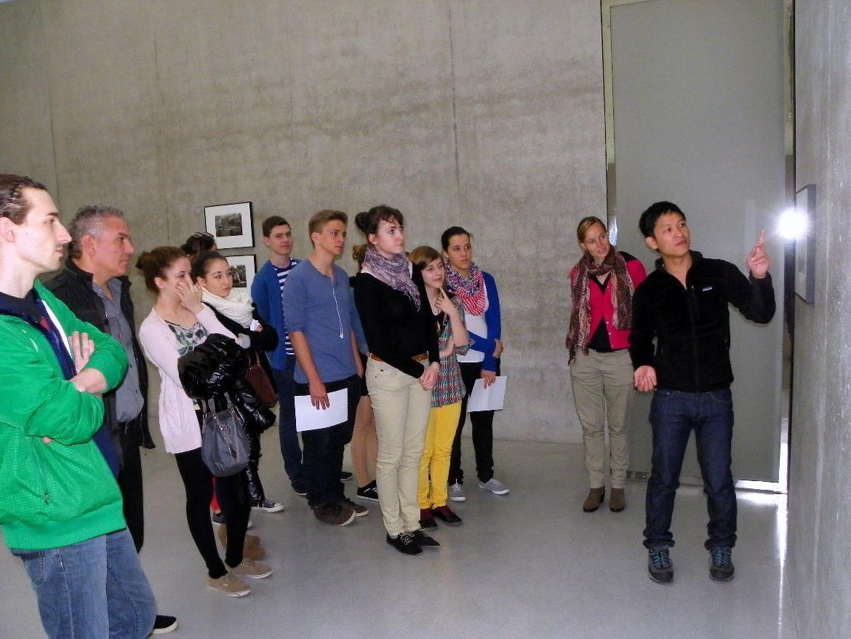 Künstler Danh Vo führte die Schülergruppe höchstpersönlich durch die Ausstellung