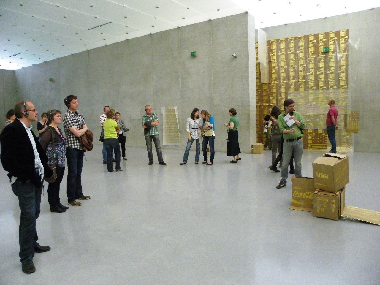 Wilfried Nußbaummüller führt durch die Ausstellung