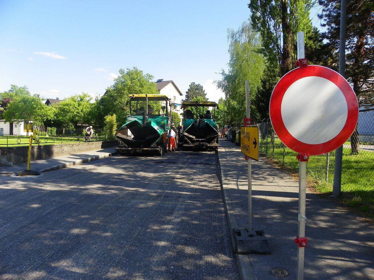 Straßensperre durch Asphaltierunsarbeiten