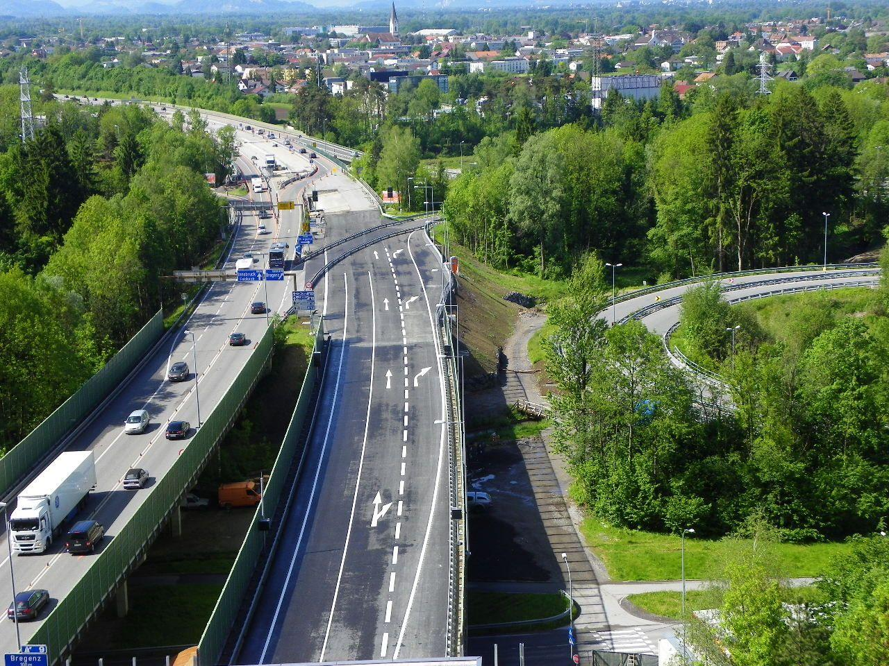 Markierungen auf dem Autobahnanschlussstück wurden angebracht