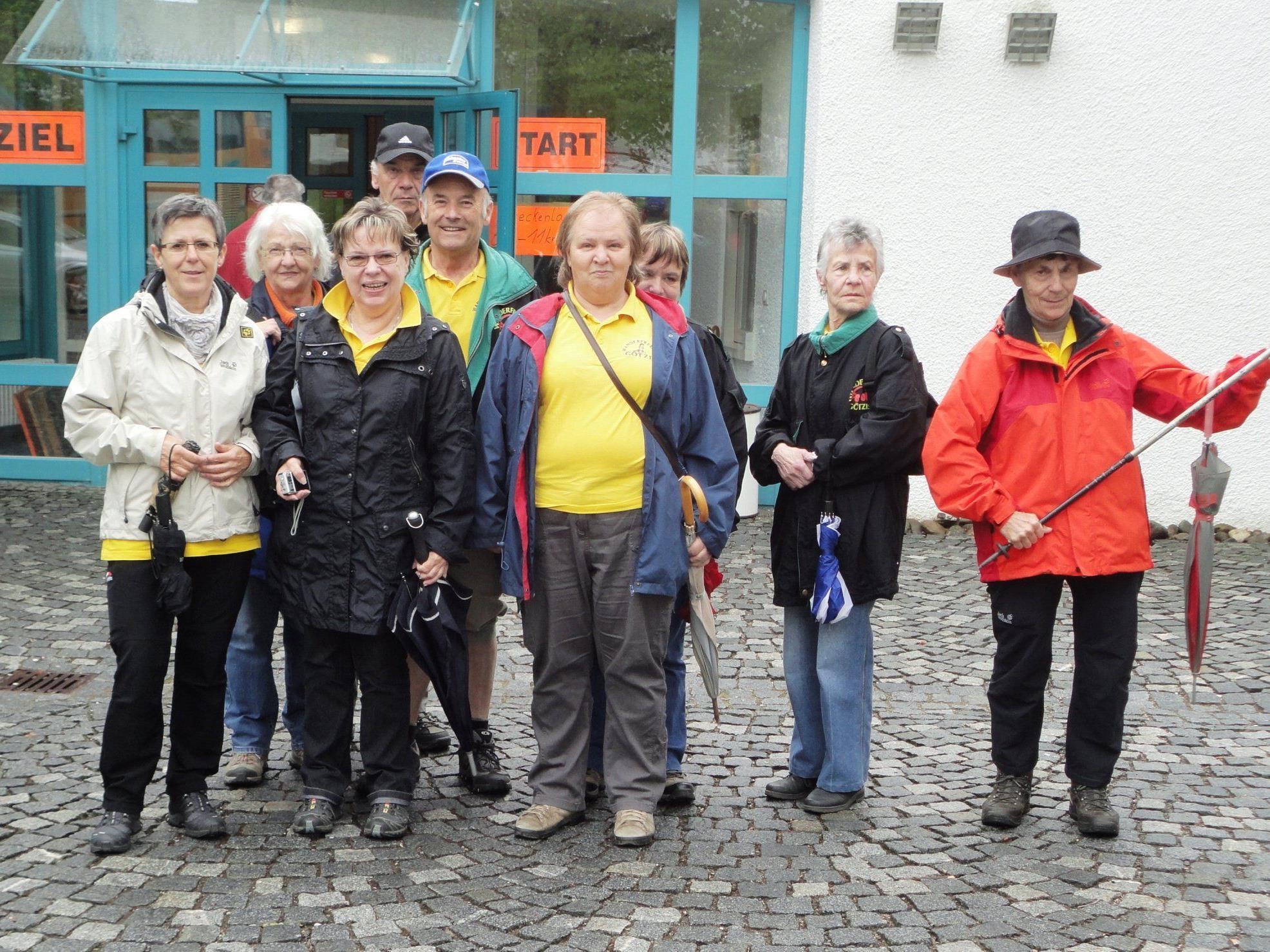 Eine kleine Gruppe der Wanderer vor dem Losmarschieren