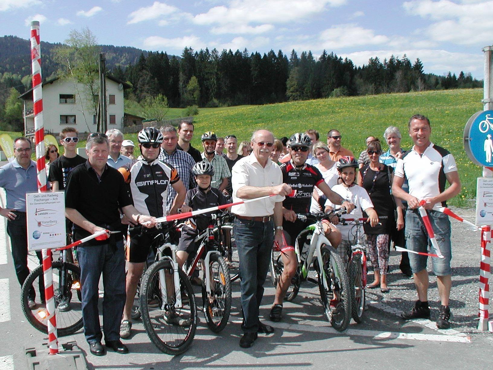 Bürgermeister Hans Kofler (Mitte) eröffnete den kombinierten Geh- und Radweg.