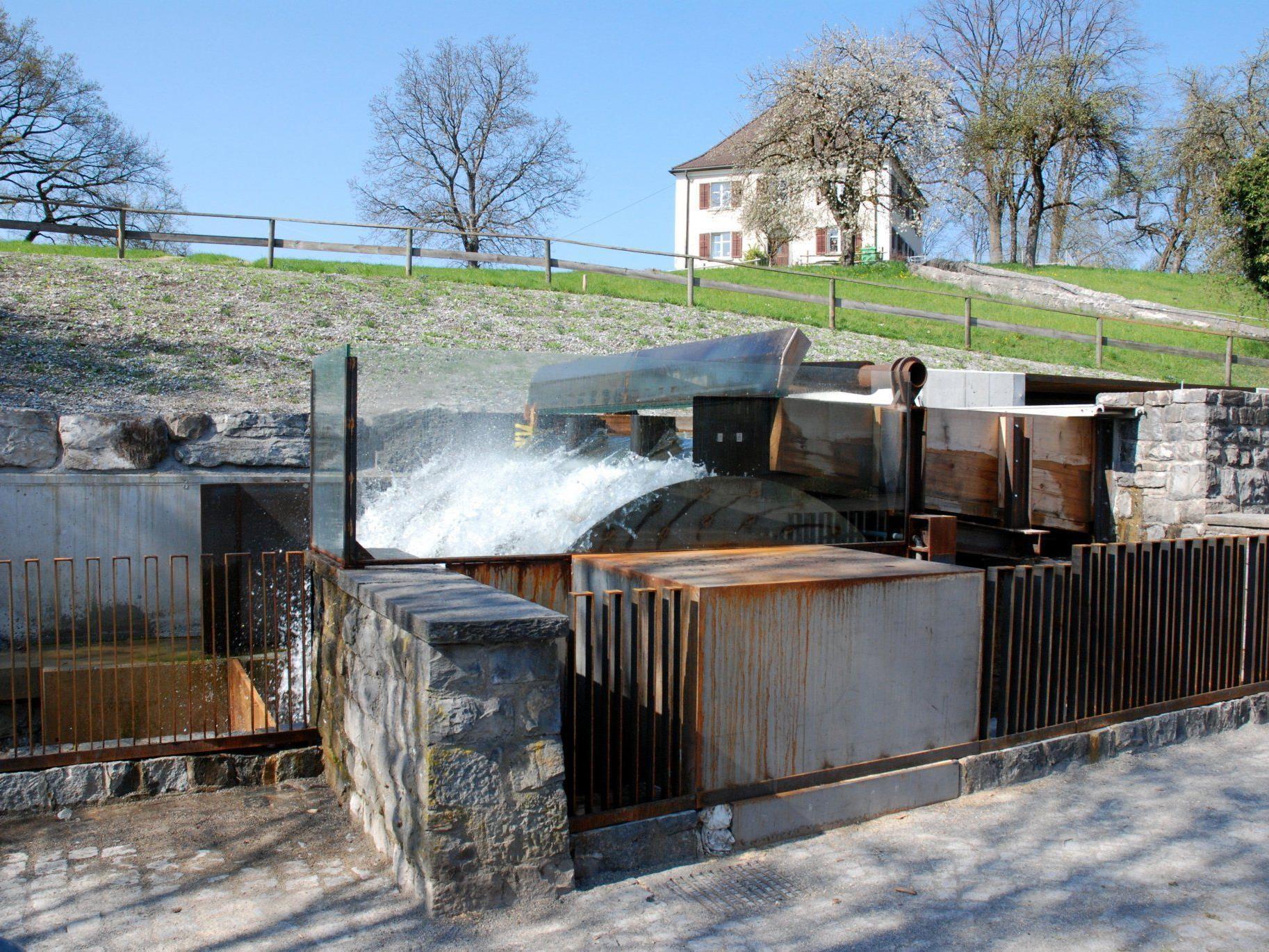 Das neu errichtete Wasserrad im Ortszentrum ist zu einem tollen Blickfang geworden