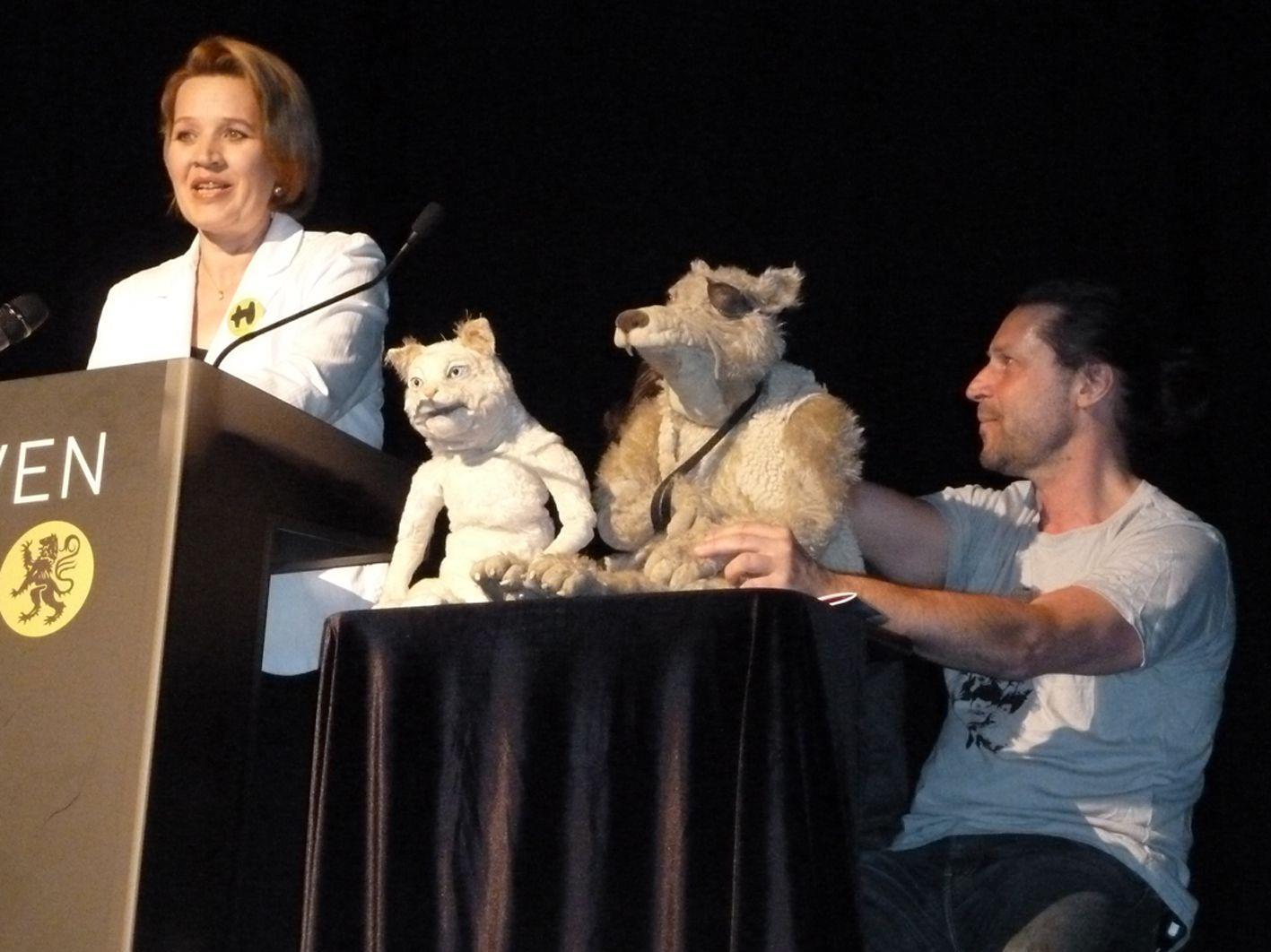 Kultur-Landesrätin Andrea Kaufmann mit ihren Co-Moderatoren Katze und Wolf bei der Begrüßung.