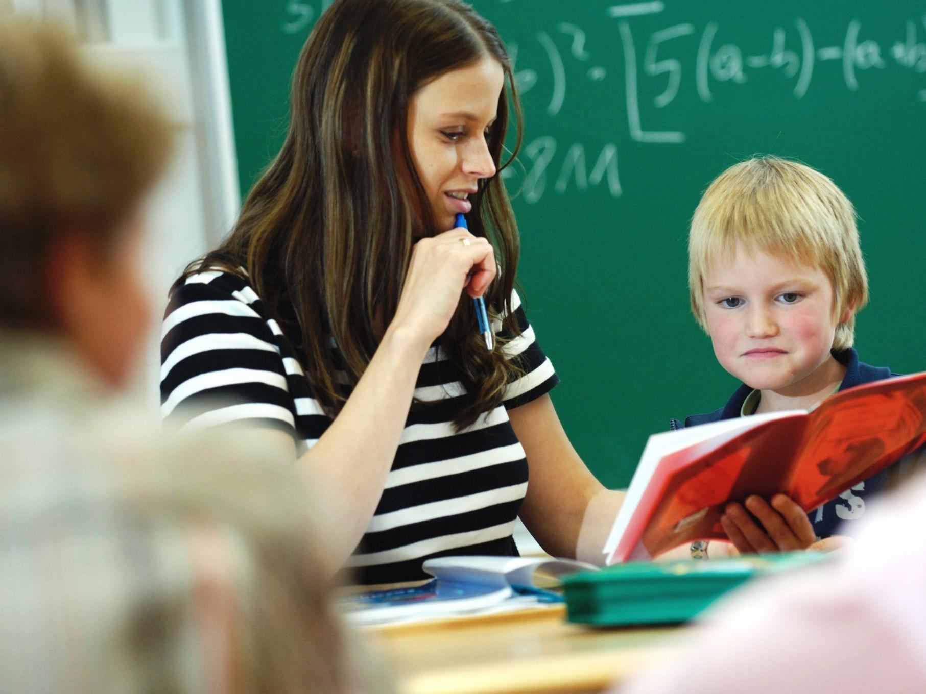 Es soll 2.420 Euro brutto als Einstiegs-Grundgehalt für alle Lehrer geben, unabhängig von Schultyp oder Fach.