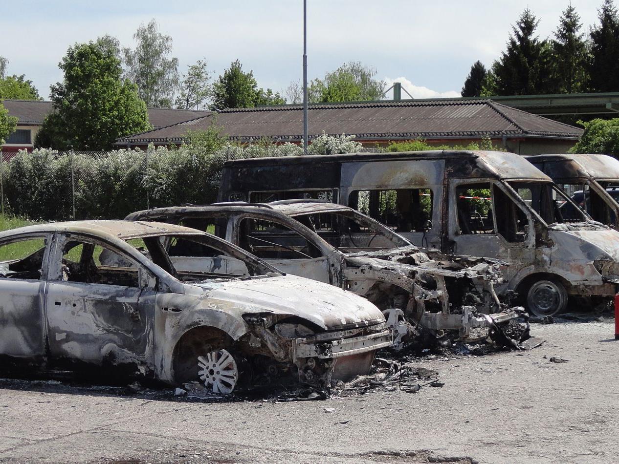 Mehrere Pkw und Lkw brannten aus.