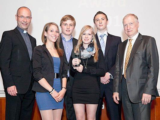 Dompfarrer Toni Faber und ein paar der Preisträger bei den Amicus-Awards