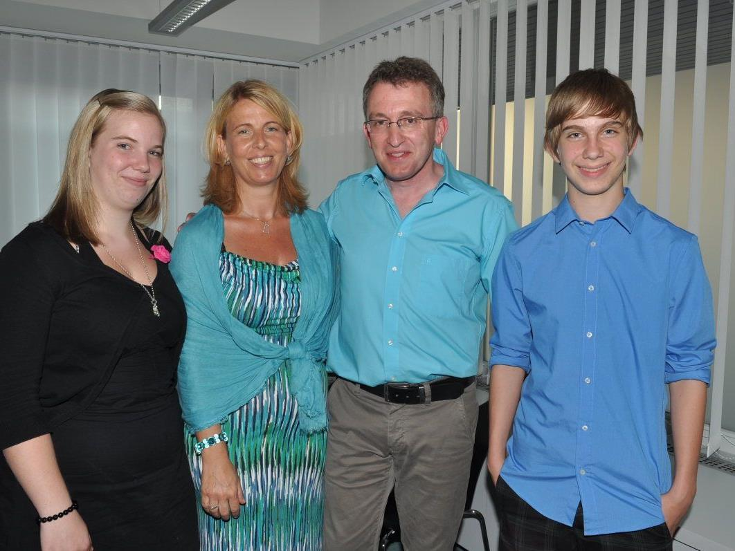 Dr. Werner Feuerstein freut sich mit Lebensgefährtin Brigitte Segat und deren Kinder Stephanie und Sebastian über die neue Praxis.