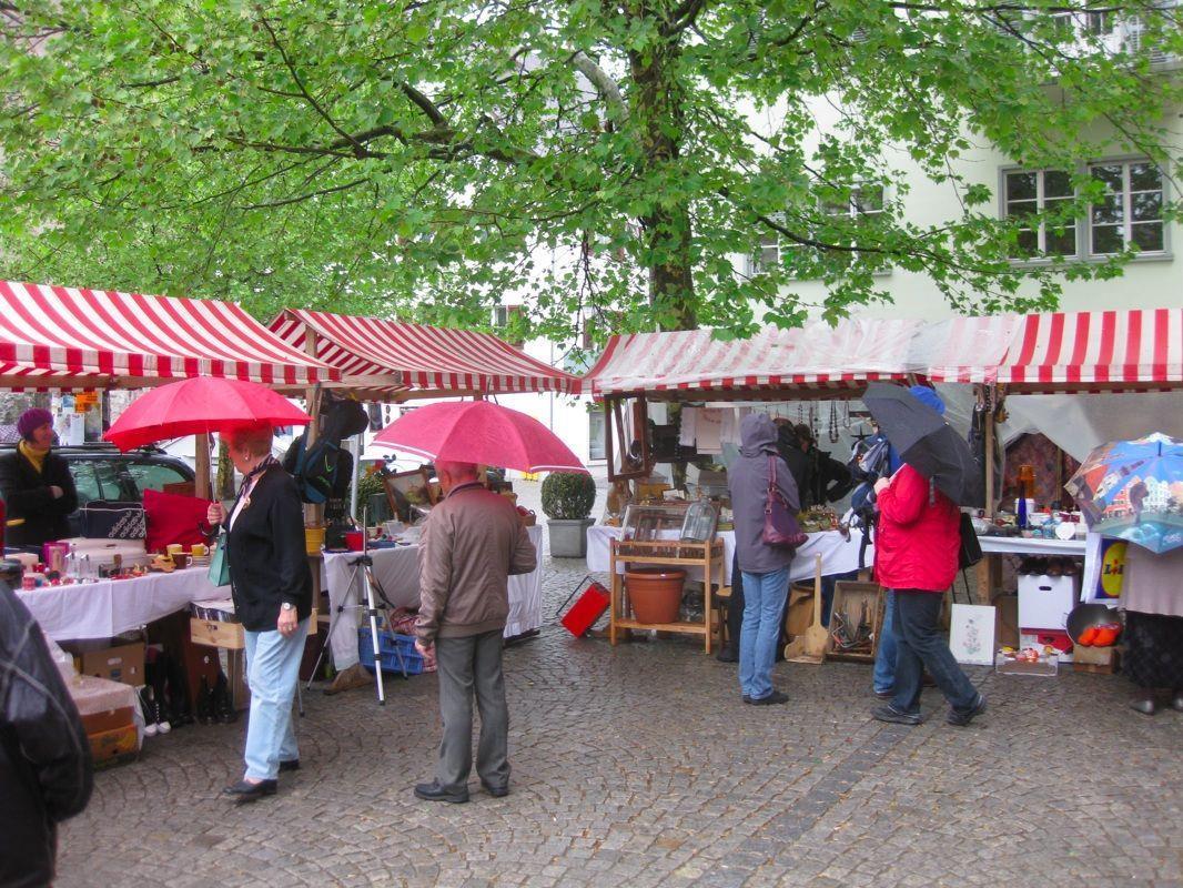 Viel Regen, Regenschirme aber auch gute Laune und Verständnis gab es beim Feldkircher Trödlermarkt