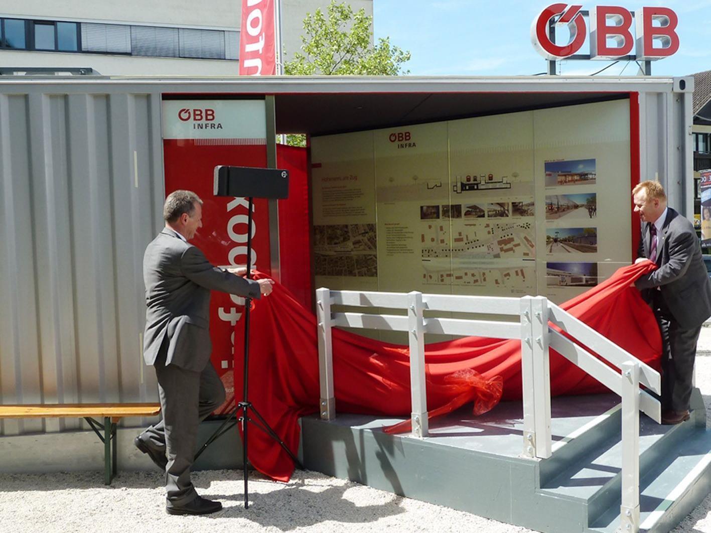 Bgm. Richard Amann und Projektleiter Karl Hartleitner enthüllen die ÖBB-Infobox.