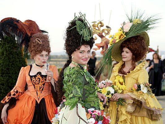 In stilechten Kostümen wird das Barockfest im Schloss Hof gefeiert