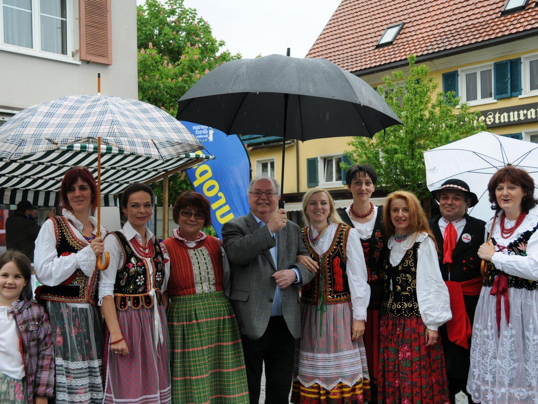 Bürgermeister Wolfgang Rümmele zwischen polnischen Trachtenträgerinnen