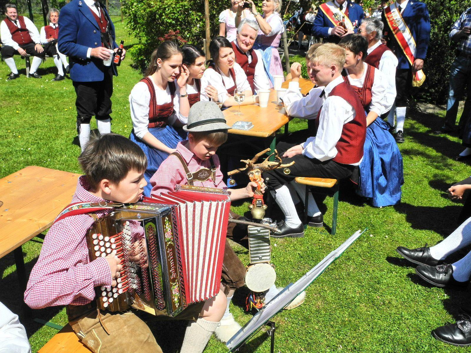 Dominik mit der Steirischen Orgel und Marcel mit dem Schellenbaum brachten dem MV Gisingen ein Ständchen