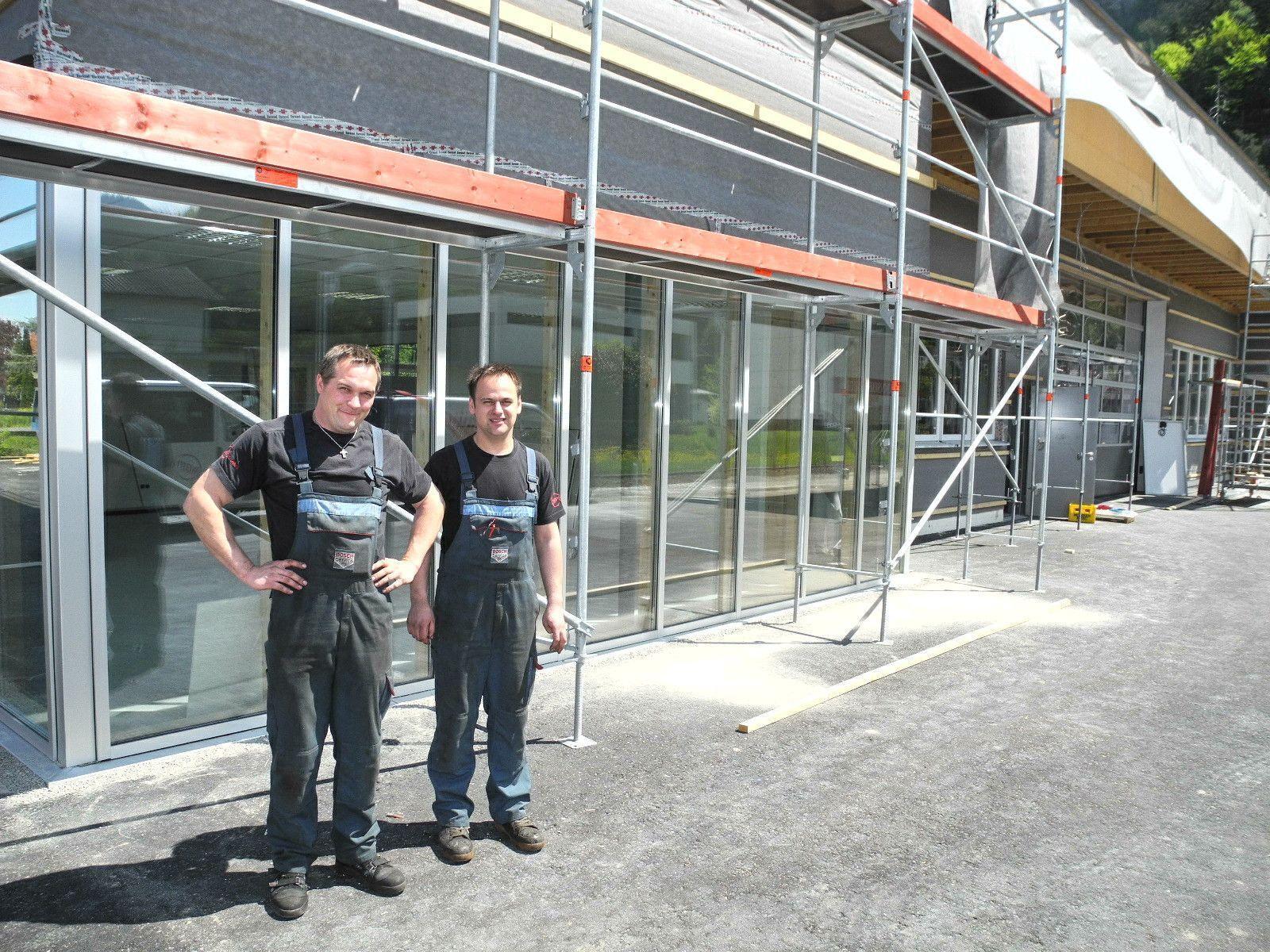 (l.) Bernd Pühringer mit Mario Bilgeri vor ihrem Werkstatt Neubau in Altenstadt