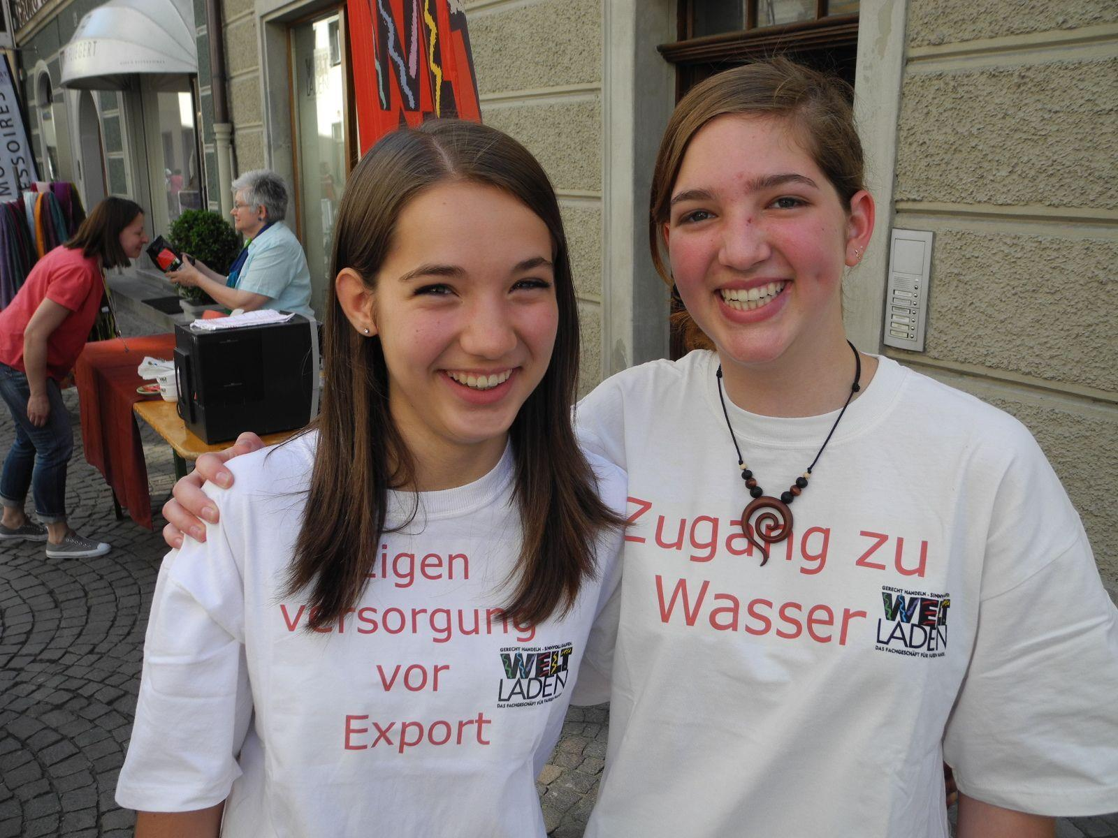 Die Gymnasiastinnen Clara Distler und Lea Kerschhaggl setzen sich mit ihren Mitschülerinnen für Fair Trade ein